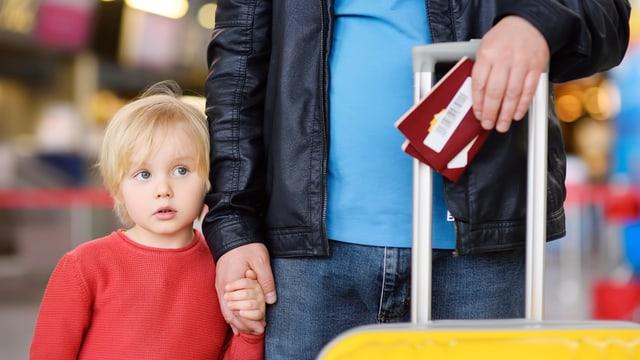 Junge mit Mann am Flughafen