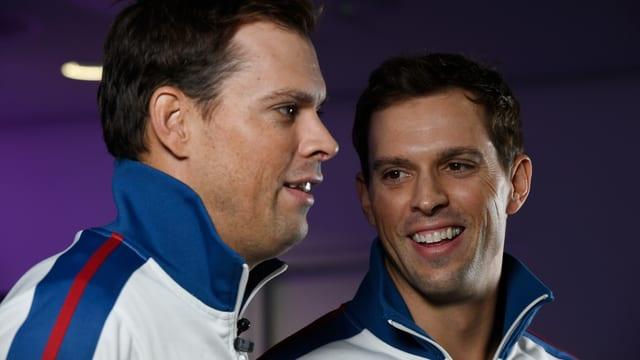 Bob und Mike Bryan stehen lächelnd nebeneinander.