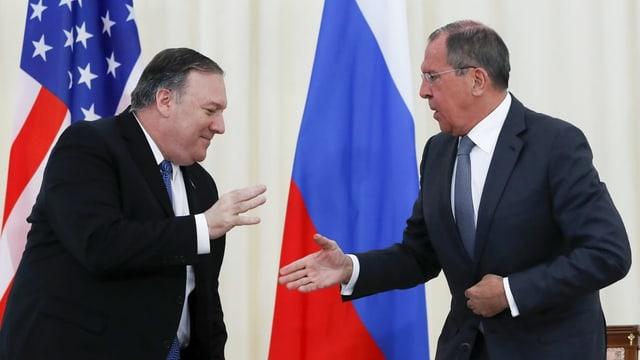 Mike Pompeo, US-Aussenminister, begrüsst Sergei Lawrow, den russischen Aussenminister.