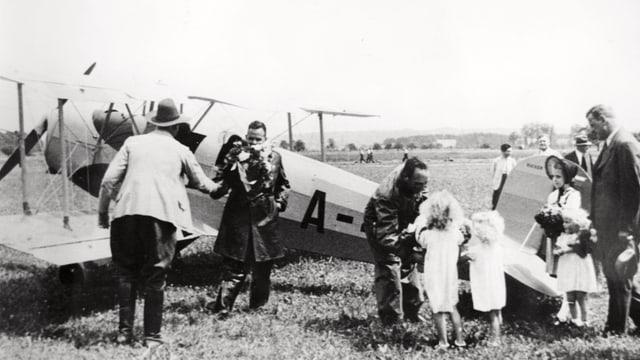 Eine schwarzweiss Aufnahme der ersten Flugzeuglandung in Emmen.