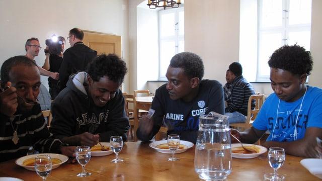 Asylsuchende aus Eritrea beim Essen.