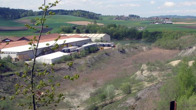 Grube und Industriegebäude.