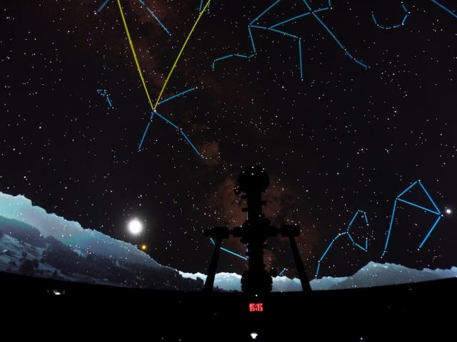 Projecziun dal firmament en il planetarium.