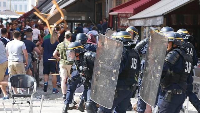 Die Polizei greift bei Strassenschlachten ein.