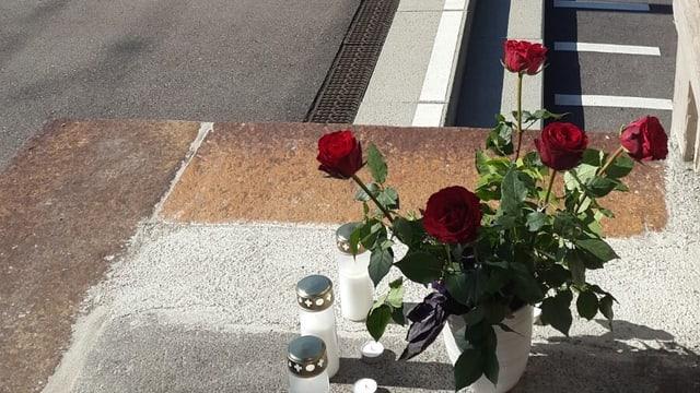 Rote Rosen in einer Vase beim Bahnhof in Salez.