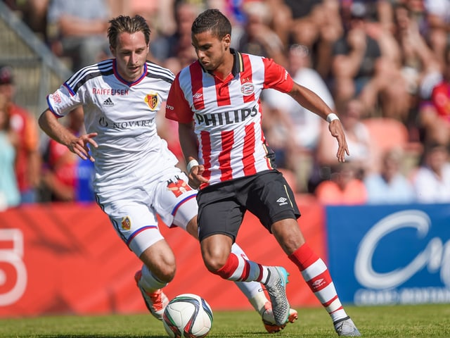 Luca Zuffi im Jahr gegen den damaligen PSV-Spieler Adam Maher.
