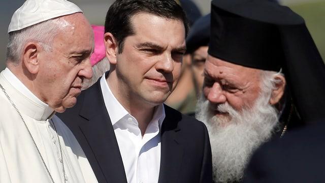 Fan bainvegni a Papa Francestg: Il primminister grec Alexis Tsipras (mez) ed l'archuvestg Ieronimos (dre.).