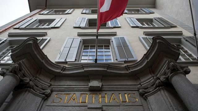 Eingang zum Stadthaus von Baden von unten fotografiert.