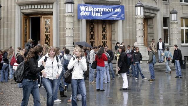 Lernen im Hörsaal oder am heimischen Schreibtisch? MOOC werden von Universitäten als die Zukunft der Lehre gefeiert. Im Bild: Studenten vor dem Eingang der Universität Zürich.