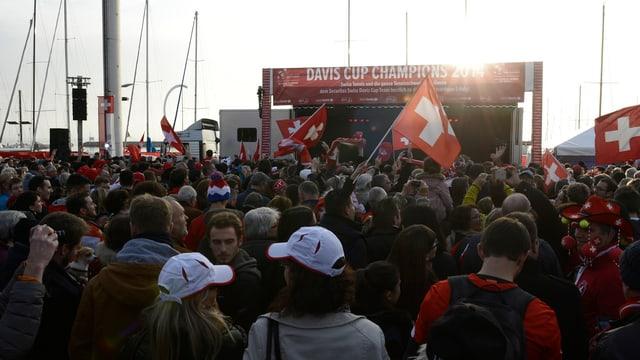 Die Fans warten am Ufer des Genfersees auf ihre Davis-Cup-Helden.