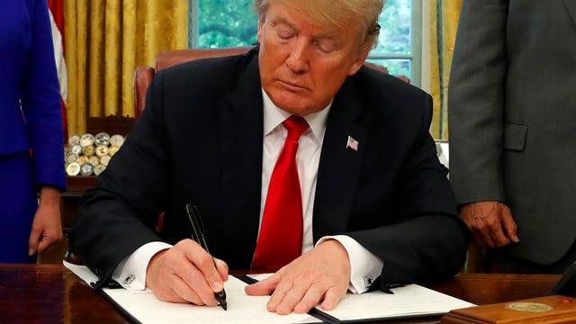 US-Präsident Donald Trump unterzeichnet ein Dokument.