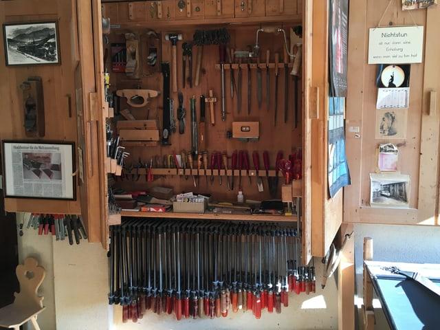 Diverse Werkzeuge sind fein säuberlich aufbewahrt in einem Schrank.