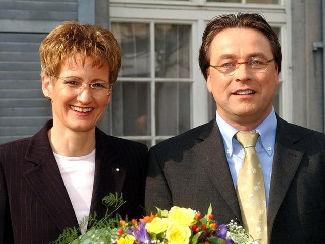 Regierungsrätin Sabine Pegoraro hält einen Blumenstrauss und lächelt.