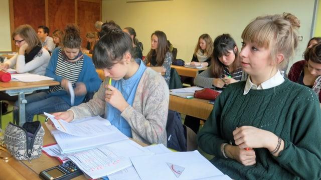 Schülerinnen und Schüler im Klassenzimmer.