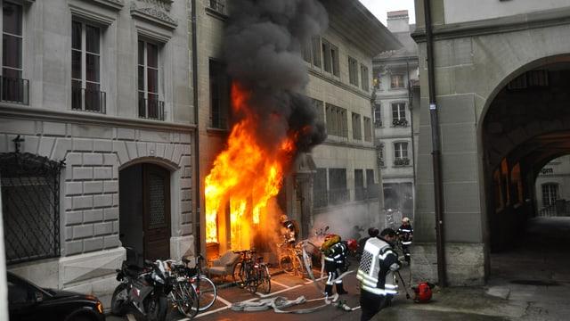 Viele Flammen züngeln aus einem Altstadthaus.