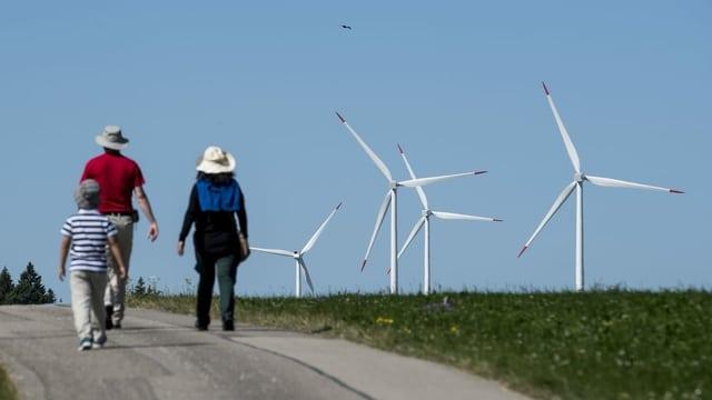 Vier Windräder auf dem Mont Crosin.