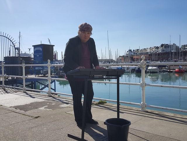Richard verdient sich mit Musizieren im Hafen ein paar Pfund dazu. Er stimmte für den Brexit.