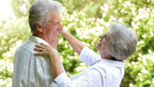 Zwei tanzende Rentner