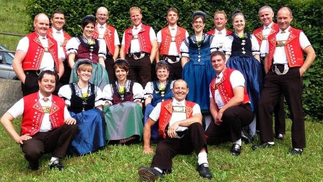 Gruppenbild mit den Sängerinnen und Sängern in farbigen Appenzeller Trachten.