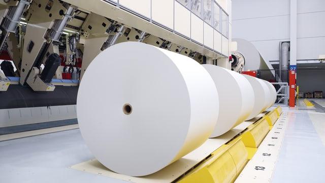 Papierrolle in einer Fabrik.