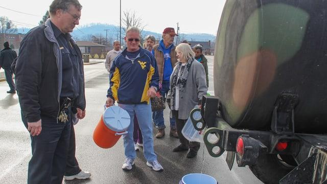 Menschen vor einem Tanklaster