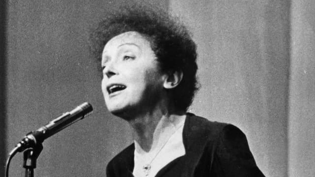 Nahaufnahme der Sängerin Edith Piaf.