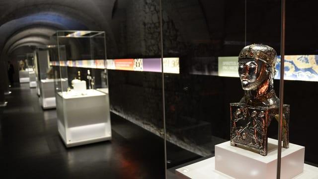 Ausstellungssaal mit Vitrinen.