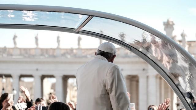Der Papst im Papamobil, von hinten fotografiert.