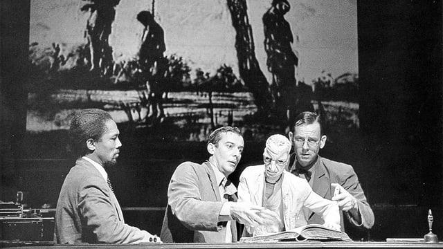 Drei Männer und eine Puppe auf der Theaterbühne.