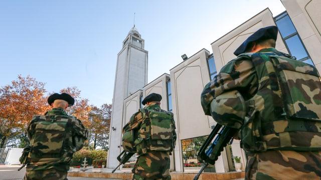 Schuldas patruglieschan davant ina moschea en la citad da Lyon.