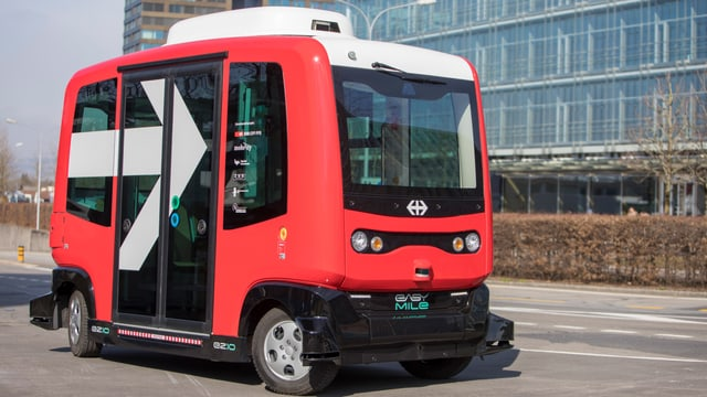 Roter Kleinbus auf Zuger Strassen