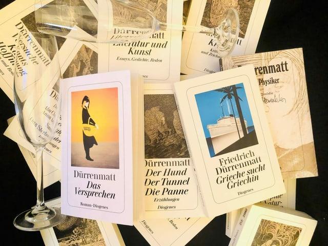 Das Prosawerk in 19 Bänden liegt auf einem Sessel. Oben auf «Der Tunnel und andere Meistererzählungen», «Das Versprechen. Requiem auf den Kriminalroman» und «Grieche sucht Griechin»