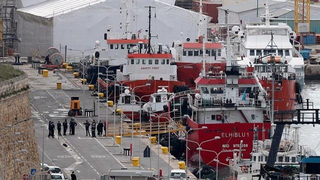 Schiff am Hafen.