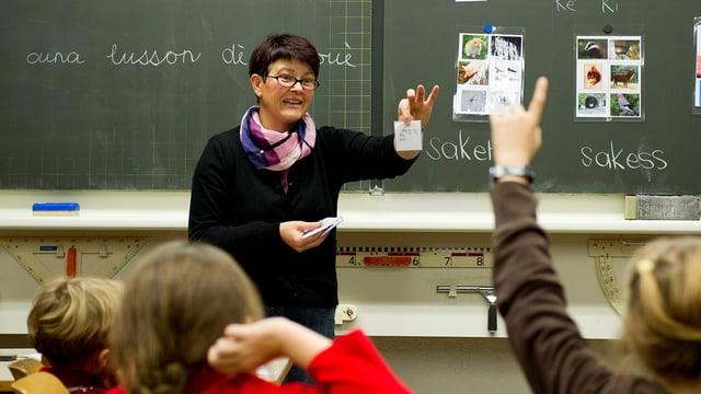 Eine Lehrerin übt mit ihrer Klasse Französisch.