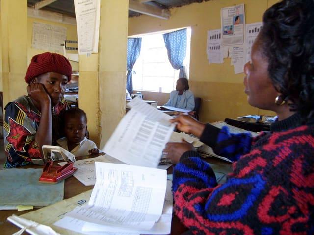 Eine Mutter mit ihrem Kind in der Aids-Beratung in Harare.