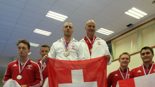 Domenic Lanicca cun ses partenari da cumbat XY (disciplina bunkai) cun lur medaglias.