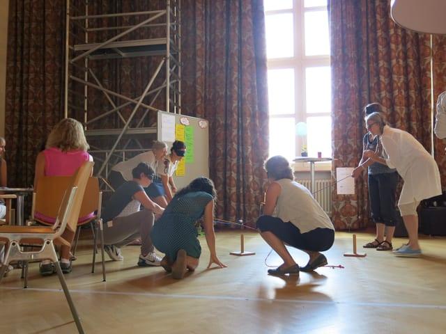 Gruppe von Menschen spielen ein Spiel zusammen.