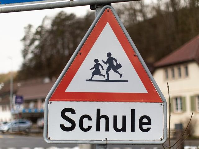 Verkehrstafel, die auf den Schulweg aufmerksam macht.