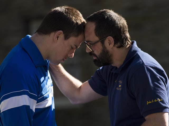 Ruffola und Tatum stehen sich gegenüber, Ruffalo fasst Tatum an die Schulter, sie berühren sich an der Stirn.