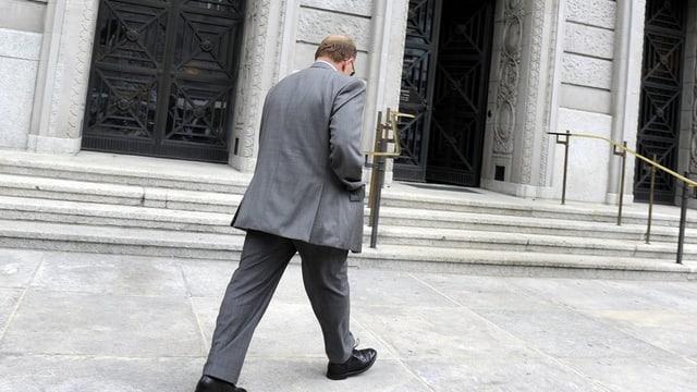 Bestechungsskandal: Der frühere Anlagechef der kantonalen Beamtenversicherungskasse im Juli 2012 auf dem Weg ins Bezirksgericht.