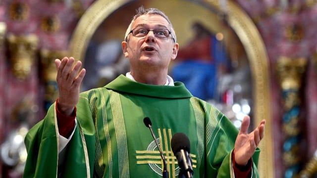 Ein Pfarrer predigt in einer Kirche