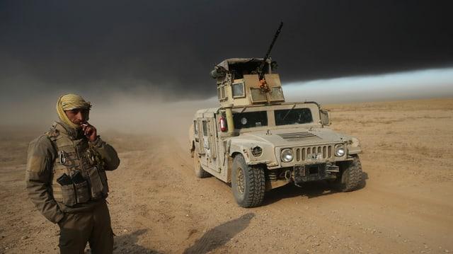Soldat da la armada iracaisa sper in auto da cumbat.