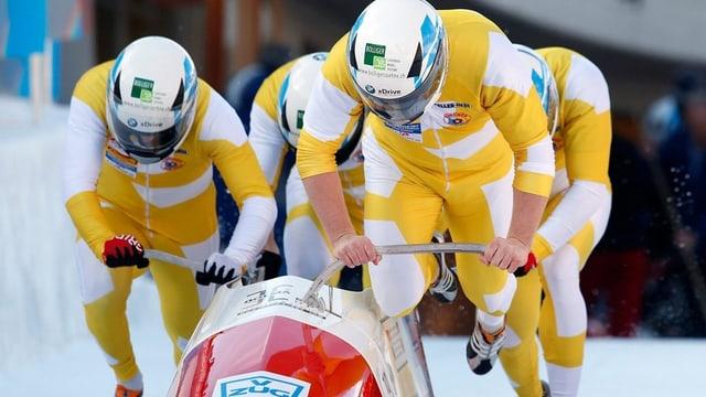 Der Viererbob von Pilot Rico Peter (3. v. l.) beim Start an den Schweizer Meisterschaften in St. Moritz.
