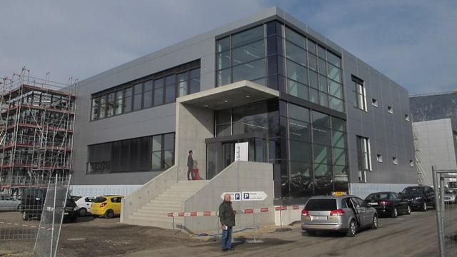Gebäude von aussen, ein Stahl und Glasbau. Ein Teil davon befindet sich (am linken Bildrand) noch im Bau.