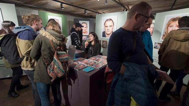 Leute in einer Ausstellung.