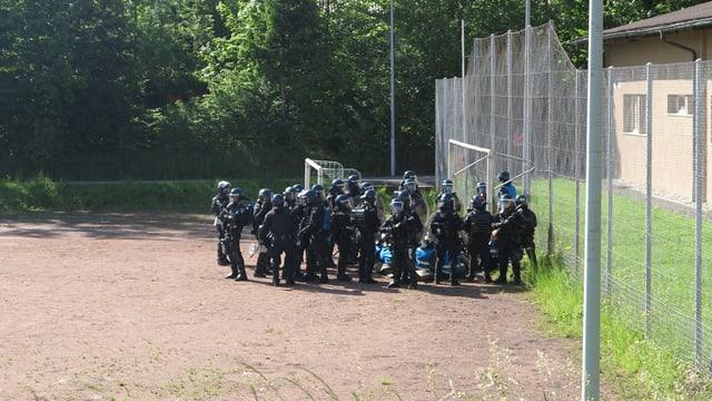 Polizisten stehen in einer Gruppe beeinander.