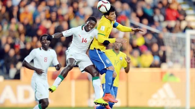 Moussa Koné in einem Luftduell.