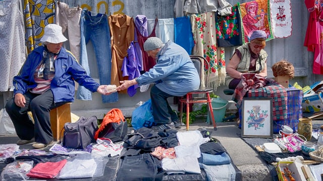 Zwei Männer tauschen etwas.