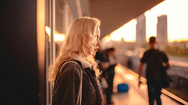 Eine Frau an einer U-Bahn-Station