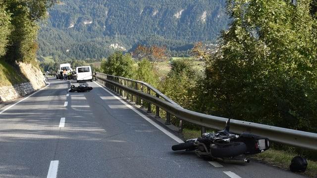 Duas motos derschidas sin la via e pli engiu autos.